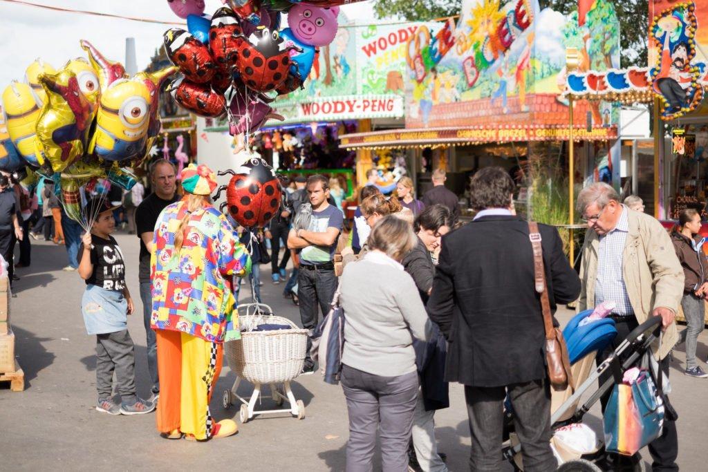 Bild von der Määs Luzern mit dem Clown der Luftballons verkauft.