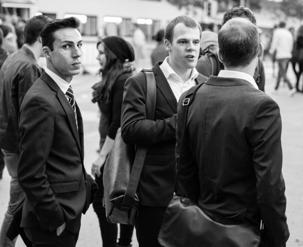 Junge Männer im Anzug an der Määs