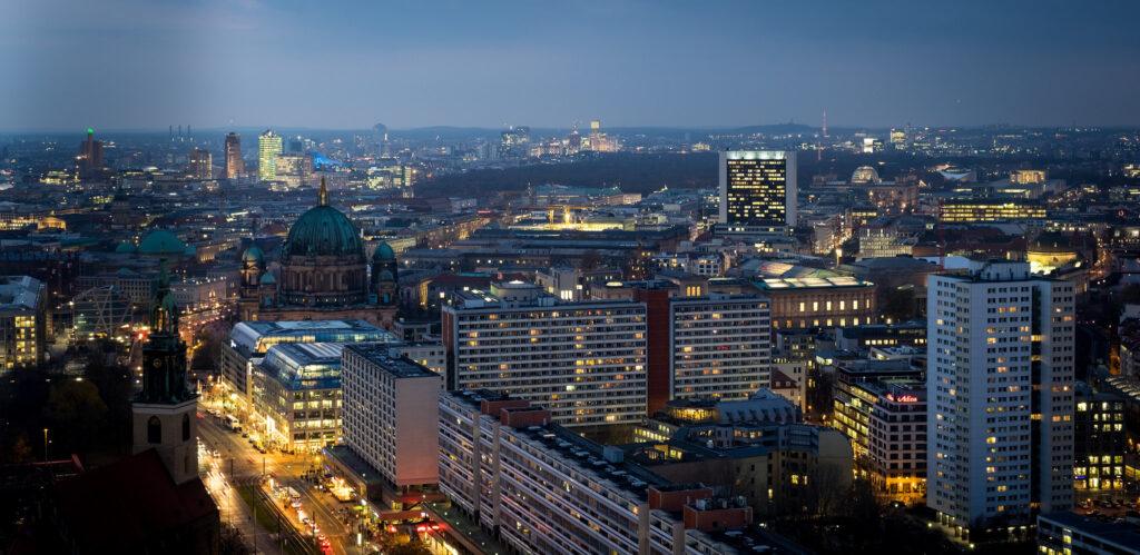 Berlin in der Nacht, von oben am Aledanderplatz