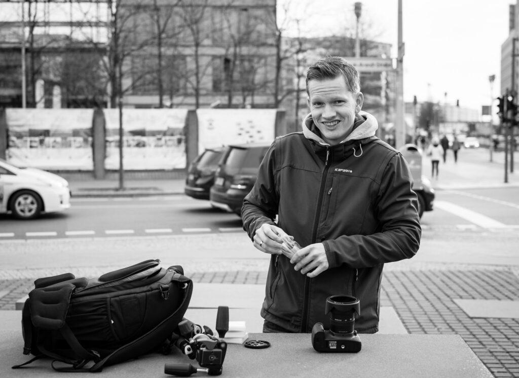 Stefan Pasch bereitet sich auf den Photowalk vor